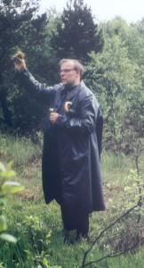 Pater Agnellus Schneider bei einer Riedführung um 1960
