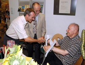 Horst Weisser, Leiter des Naturschutzzentrums Bad Wurzach (links) und Dietrich Weber, 1. Vorsitzende des Bund Naturschutz Oberschwaben gratulieren dem Ehrenvorsitzenden des BNO, Pater Agnellus Schneider zu seinem 90. Geburtstag am 23. Juli 2003.