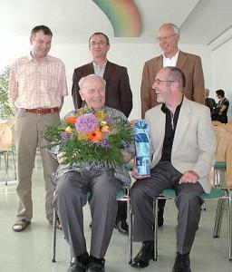 Der Stiftungsrat, bestehend aus dem Geschäftsführer des BNO, Josef Steinhauser (hinten, links); dem Leiter des Naturschutzentrums Bad Wurzach, Horst Weisser (hinten, Mitte); dem Schatzmeister des BNO, Roland Steinbauer (hinten, rechts) dem 1. Vorsitzenden des BNO, Dieter Weber (vorne, rechts) hat sich um den Jubilar und Namensgeber der Stiftung Pater Agnellus Schneider (vorne, links) versammelt.